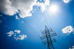 Предпосылка неба башни высоковольтного столба высоковольтная Электричество главная энергия мира стоковая фотография rf