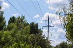 Предпосылка неба башни высоковольтного столба высоковольтная Электричество главная энергия мира стоковые изображения rf