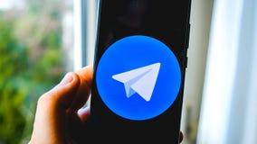Предпосылка смартфона руки приложения телеграммы пользы стоковые изображения rf