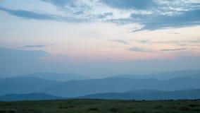 Предпосылка с горами в тумане Темное время захода солнца стоковое фото