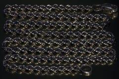Предпосылка от старой серебряной цепи на металлической отражательной поверхности стоковая фотография