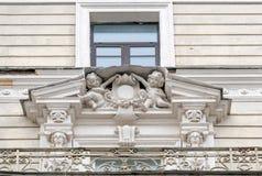 Прессформы на фасаде старого здания стоковое изображение rf