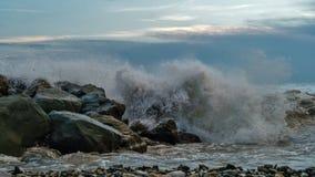 Прибой моря на береговой линии стоковое изображение