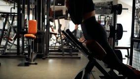 Привлекательная кавказская девушка с волосами брюнета делает гиперэкстензию в спортзале в верхней части и гетры Резвит девушка Фи сток-видео