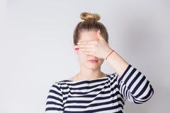 Привлекательная молодая белокурая женщина закрывая ее глаза с руками Портрет красивой девушки, концепции сюрприза стоковые фото