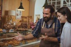 Привлекательные покупки молодой женщины в магазине пекарни стоковое фото rf