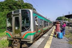 Пригородный поезд на железнодорожном вокзале стоковая фотография rf