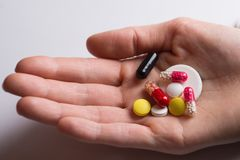 Пригорошня различных таблеток стоковые фото