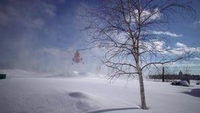 Приземляясь вертолет MI-2 на покрытом снег вертодроме сток-видео