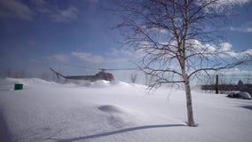 Приземляясь вертолет MI-2 на покрытом снег вертодроме видеоматериал