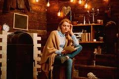 Приключение ожидает в книге Студент женщины наслаждается прочитать грамотность Студент получает знание от книги Знание и стоковые фото
