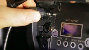 Прикреплять контрольный провод DMX в репроектор театра сток-видео