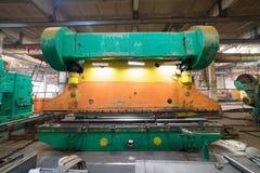 принципиальная схема промышленная Зеленый токарный станок на строительной площадке внутри изготовляя плиты стоковое изображение rf