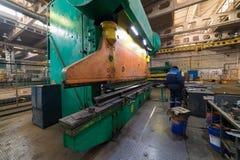 принципиальная схема промышленная Строительная площадка внутри изготовляя плиты Работник человека стоковое фото rf