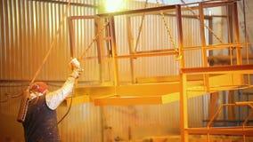 принципиальная схема промышленная Человек в перчатках держа распыляя прибор сток-видео