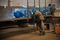 принципиальная схема промышленная Человек контролируя процесс производства стоковая фотография rf