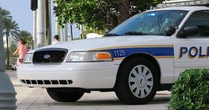 пристаньте полиций к берегу miami автомобиля сток-видео