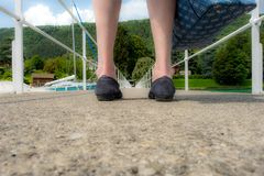 Пристань увиденная между ногами женщины стоковое изображение