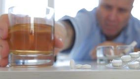 Пристрастившийся человек делая опасные таблетки алкоголя и взятия напитка дыма комбинации стоковая фотография rf