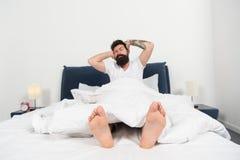 Причины вы просыпаете вверх слишком раньше Хипстер человека бородатый проспал вверх слишком раньше и чувствует сонным и уставшим  стоковое фото
