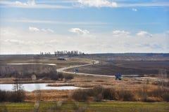 Природа весны в Беларуси небо Сицилии дороги панорамы страны облаков сини воздуха открытое Ландшафт стоковое фото