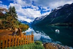 Природа Норвегия озера Lovatnet красивая стоковая фотография rf