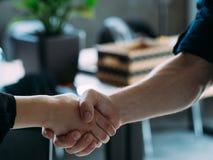 Присоединяться к рукопожатию женщины человека собеседования для приема на работу команды стоковые изображения rf