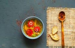 Пряный азиатский суп с лапшами Soba гречихи и филе цыпленка в голубом шаре на текстуре мешковины стоковая фотография