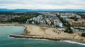 Провинция Cambrils пляжа Dorada Косты Таррагоны, Каталонии Назначение перемещения в Испании Вид с воздуха в утре стоковое изображение rf