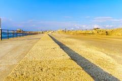 Прогулка пляжа в национальном парке Caesarea стоковое фото rf