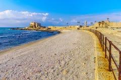 Прогулка пляжа и старый порт в национальном парке Caesarea стоковые изображения rf