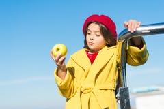 Прогулка промежутка времени закуски Здоровье и питание детей Здоровые snacking преимущества Закуска между обедом и обедающим Имет стоковые изображения