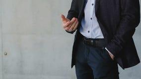 Проинвестируйте деятельность денег бизнесмена финансовую сток-видео