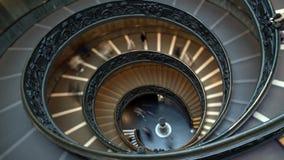 Промежуток времени современных лестниц Bramante спиральных музеев Ватикана, Рим, Италия Лестница двойной спирали th акции видеоматериалы