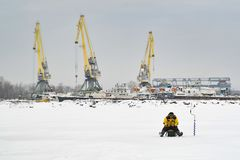 Промышленный ландшафт с рыболовами стоковая фотография rf