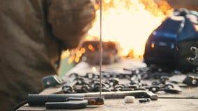 промышленно конструкция кирпичей кладя outdoors место Молоть работника человека Инструменты на таблице стоковое фото
