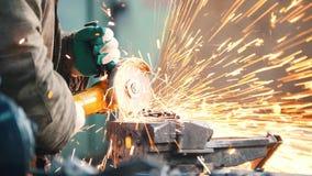 промышленно конструкция кирпичей кладя outdoors место Молоть работника человека Sparkles огня стоковые изображения