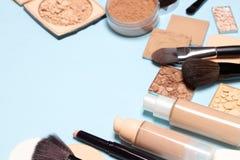Продукты макияжа для создания идеального тона кожи стоковое изображение