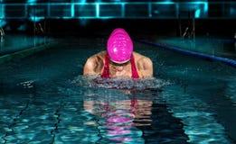 Профессиональная женщина в бассейне Стиль брасса плавая стоковое фото rf
