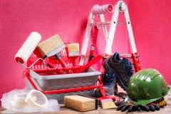 Профессиональные маляр, инструменты и оборудование работы На античном деревянном столе стоковые изображения rf