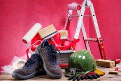 Профессиональные маляр, инструменты и оборудование работы На античном деревянном столе стоковые фото