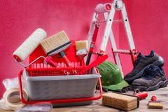 Профессиональные маляр, инструменты и оборудование работы На античном деревянном столе стоковая фотография