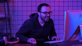 Профессиональный Gamer играет игру и комментирует оно стоковое фото rf