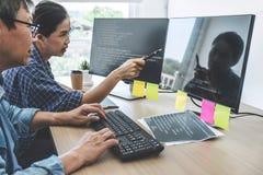 2 профессионального программиста сотрудничая на превращаясь программировании и вебсайте работая в программном обеспечении начинаю стоковое фото rf
