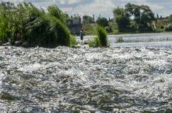 Поверхность воды реки на речных порогах стоковые фотографии rf