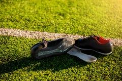 Поврежденные ботинки спорт от игры футбола стоковые фотографии rf
