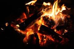 пожар Крупный план кучи деревянного горения с пламенами в камине стоковая фотография