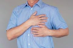 Пожилая боль в груди человека стоковая фотография