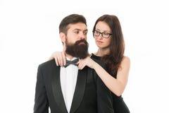Позвольте мне помочь с бабочкой Дама женщины элегантная регулирует мужскую бабочку Джентльмен человека бородатый нести черный смо стоковое изображение