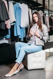 Покупки, мода, стиль, продажа, покупки, дело и люди молодая женщина концепции красивая счастливая в магазине одежды Бизнес стоковые фотографии rf